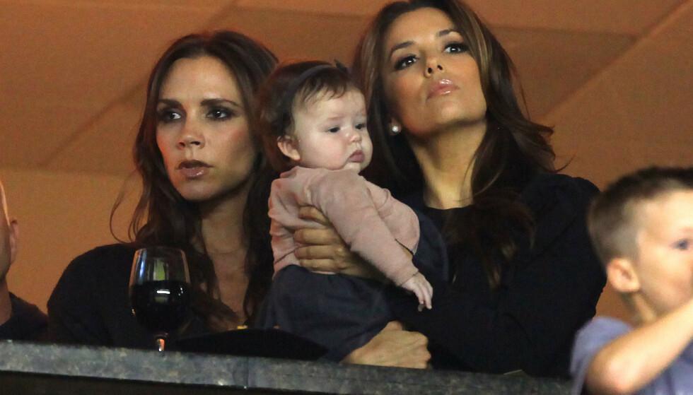 GUDMOR: Eva Longoria er gudmor til Harper Beckham, som ble født i juli 2011. Her er trioen fotografert under en LA Galaxy-kamp i november 2011. Syv år senere ble Eva Longoria selv mor for første gang. FOTO: NTB Scanpix