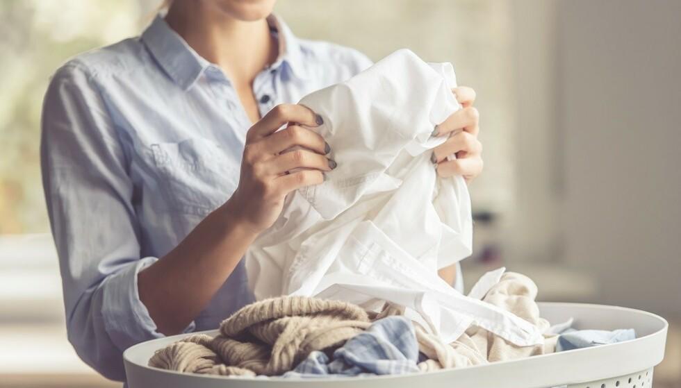 VASKE KLÆR: Hvor nøye er du på å sortere fargene når du vasker klær? FOTO: NTB Scanpix