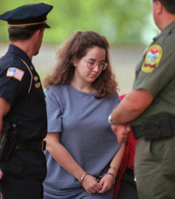 DREPTE SØNNENE: Tobarnsmoren Susan Smith erkjente til slutt at hun hadde drept sine to sønner i 1994. Her blir hun eskortert inn til rettssalen i juli 1995. FOTO: NTB Scanpix