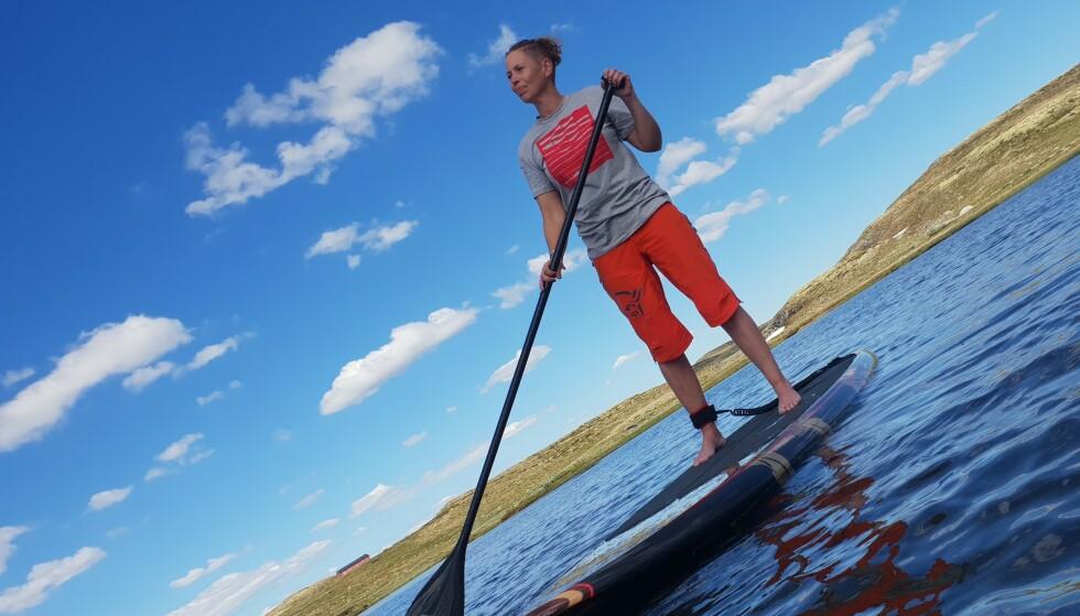 BEKKENLEDDSMERTER: SUP gir god trening for Ellen Merete Knutsen som har sterke smerter grunnet kronisk bekkenløsning. FOTO: Privat