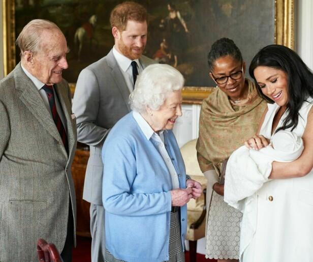 KONGELIG MEDLEM: Lille Archie Harrison Mountbatten-Windsor er dronning Elizabeth og prins Philips åttende oldebarn. Her viser de frem barna til Meghans mor Doria Ragland og oldeforeldrene på Windsor slott 8. mai 2019. FOTO: NTB Scanpix