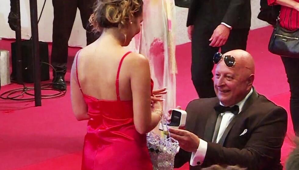 Her frir den 65 år gamle milliardæren til den 25 år gamle glamourmodellen!