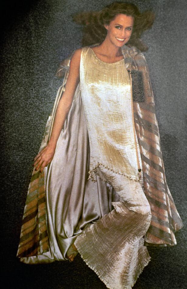 LAUREN HUTTON: Vakre Lauren fotograferes i 1975 iført en silkekjole og kåpe. Foto: The Granger Collection