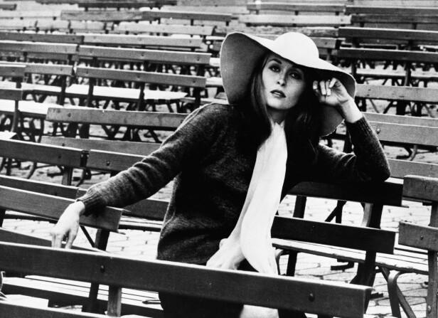 1970: Den store hatten har absolutt ikke gått av moten. Her er Faye Dunaway på filminnspilling av Puzzle of a Downfall Child i 1970. Foto: Zuma press