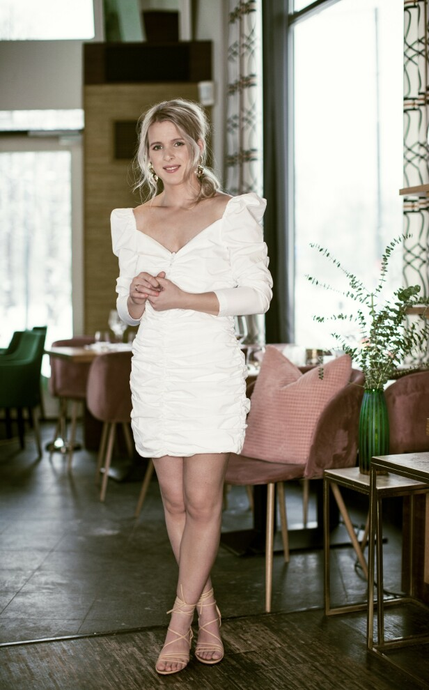 Kjole fra Designers Remix, kr 2200. Sandaler fra H&M, kr 600. Foto: Astrid Waller