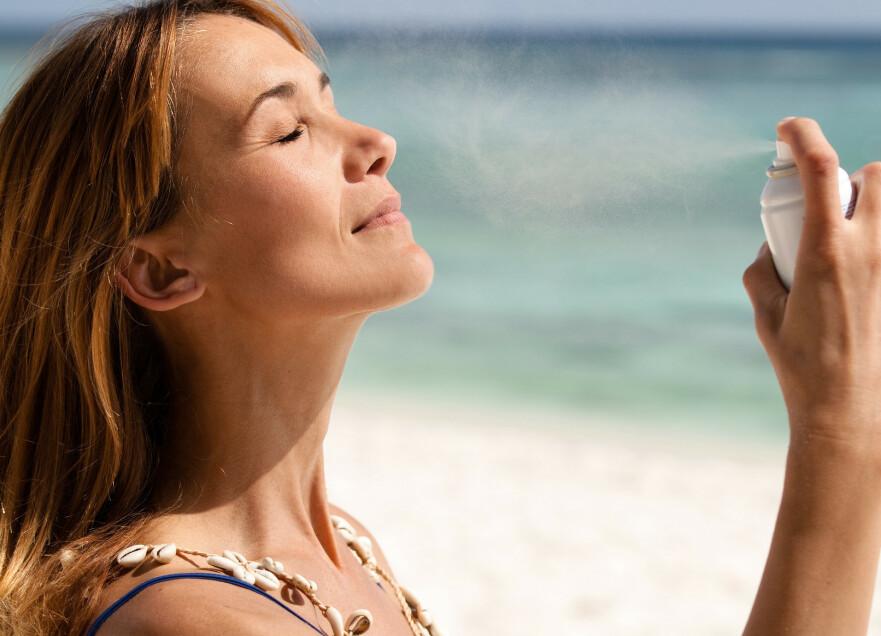 <strong>SMØR GODT:</strong> Det er viktig med nok solkrem, om du skal ha den faktoren som står på flaska. FOTO: NTB Scanpix