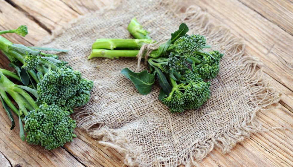 LIGNER PÅ BROKKOLI: Grønnsaken minner om brokkoli, men har en lengre, tynnere stilk og et mindre hode. FOTO: NTB Scanpix