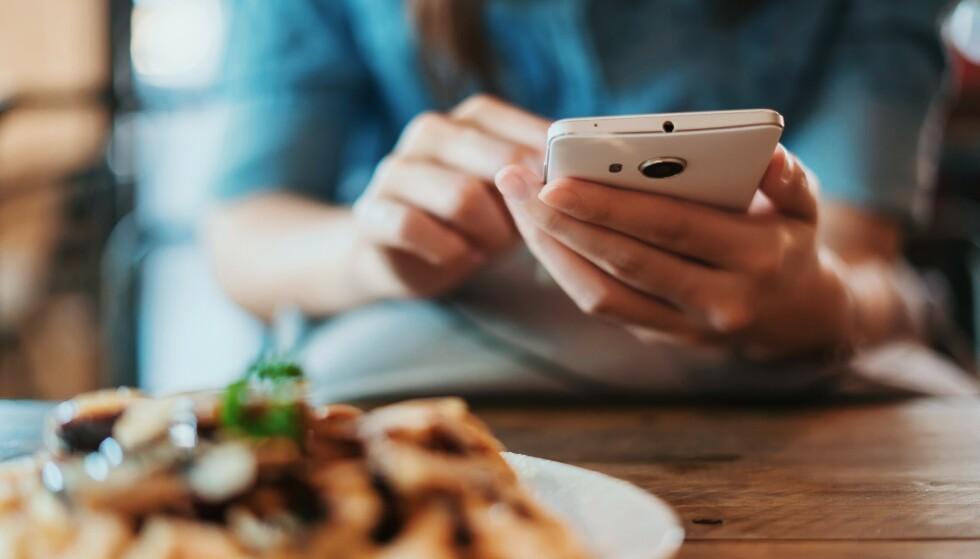 DÅRLIG SAMVITTIGHET: Mange får dårlig samvittghet av sosiale medier. En ny undersøkelse finner at den dårlige samvittgheten også dukker opp fordi vi ikke spiser like sunt som de vi følger. FOTO: NTB Scanpix