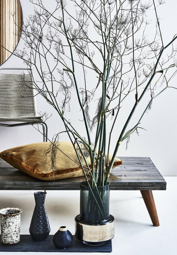 Steintøyvasen og den svarte vasen med prikker er fra Madam Stoltz. Liten, svart vase fra Au Maison. Gulvvase er fra Ro, og stolen PK1 er fra Carl Hansen & Søn. Foto: Martin Panduro