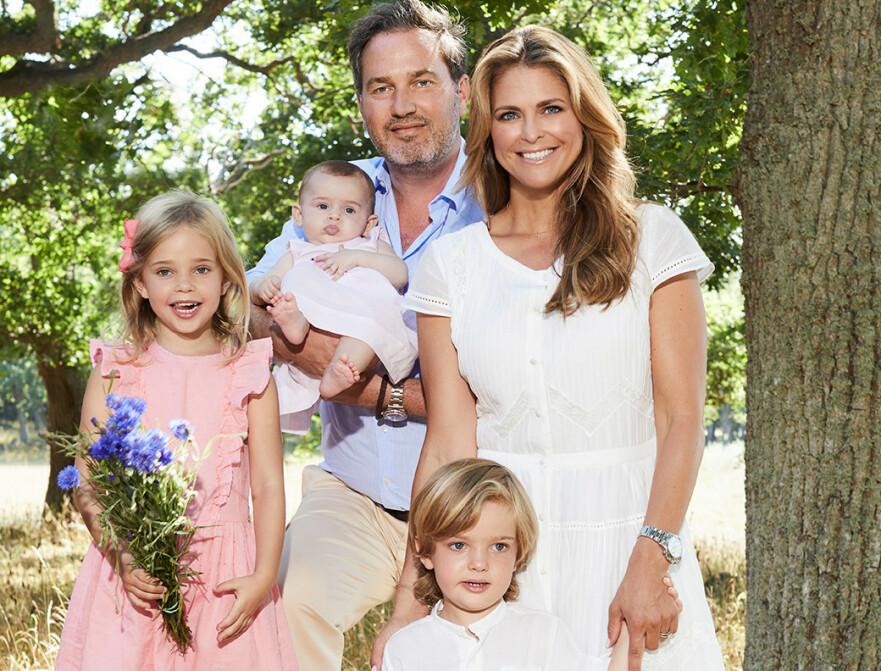 <strong>FAMILIEIDYLL:</strong> Prinsesse Madeleine med ektemannen Chris O'Neill og barna prinsesse Leonore, prins Nicolas og prinsesse Adrienne. Bildet er tatt på kongefamiliens idylliske sommersted Solliden i Sverige. FOTO: Anna-Lena Ahlström, Kungahuset.se