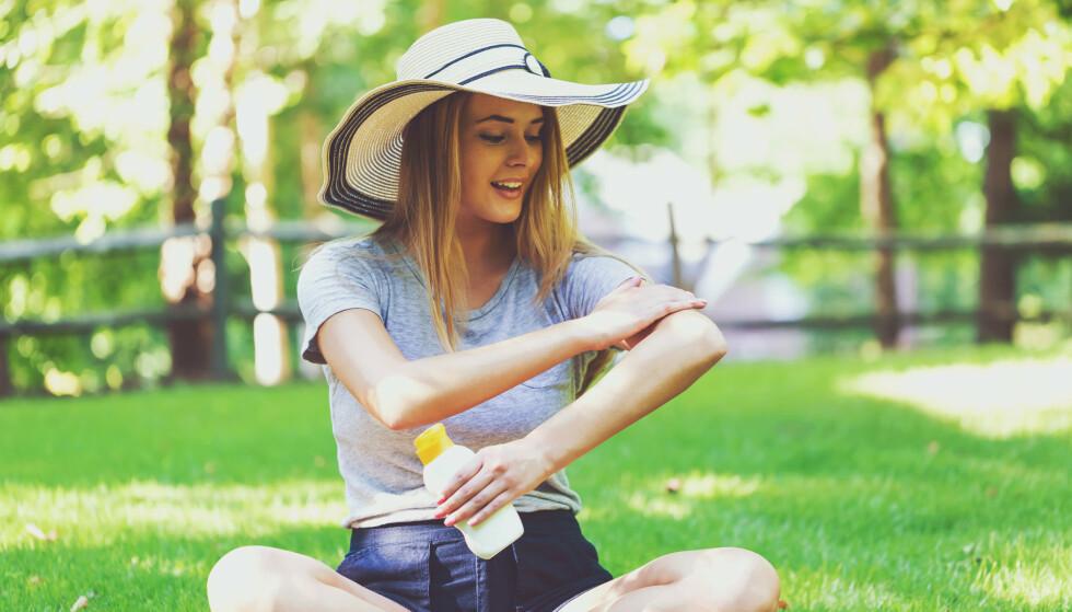 SOLKREM: Mange av oss smører oss med for lite solkrem. Det gjør at vi ikke får samme solfaktor som står på flasken. FOTO: NTB Scanpix