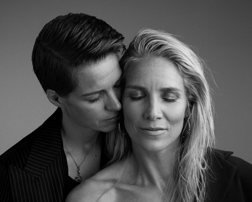 DEN STORE KJÆRLIGHETEN: - Å møte Gro var som å «komme hjem», forklarer Anja. Gro på sin side forteller at jo mer hun hang med Anja, jo sterkere ble følelsen om at dette kunne være kvinnen i hennes liv. FOTO: Thomas Qvale, HÅR OG MAKEUP: Sissel Fylling, STYLING: Kjersti Andreassen