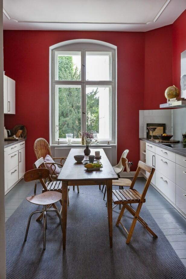 Sett ditt personlige preg på kjøkkenet med forskjellige stoler rundt bordet. Kjøkkengulvet er malt i fargen Down pipe fra Farrow & Ball.