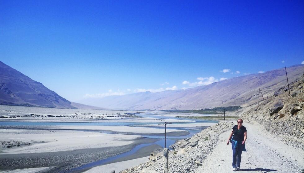Tadsjikistan, 2015. – Jeg og en venninne vandret i tre dager på grensen til Afghanistan på den tadsjikiske siden i cirka 3000 meters høyde. Vi fant overnatting hos hyggelige lokale familier underveis. På bildet ses Tadsjikistan til høyre og Afghanistan til venstre. FOTO: Privat