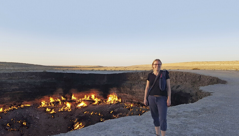 Turkmenistan, 2016. – Darvaza Gas Crater har brent siden en feilslått oljeboring under sovjettiden. Det ligger langt ute i ørkenen, så vi lagde mat over bål og campet ved krateret. FOTO: Privat