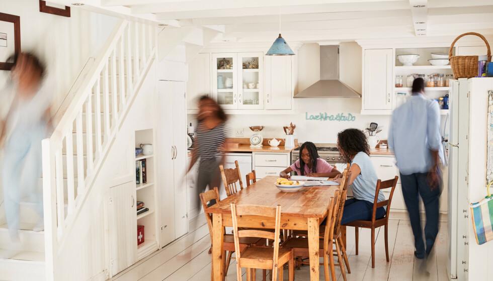 HAPPY FAMILY: Forskningen viser et lite lykkedropp med en gang man er blitt foreldre, men det tar seg opp igjen etterhvert som barna vokser. FOTO: Scanpix