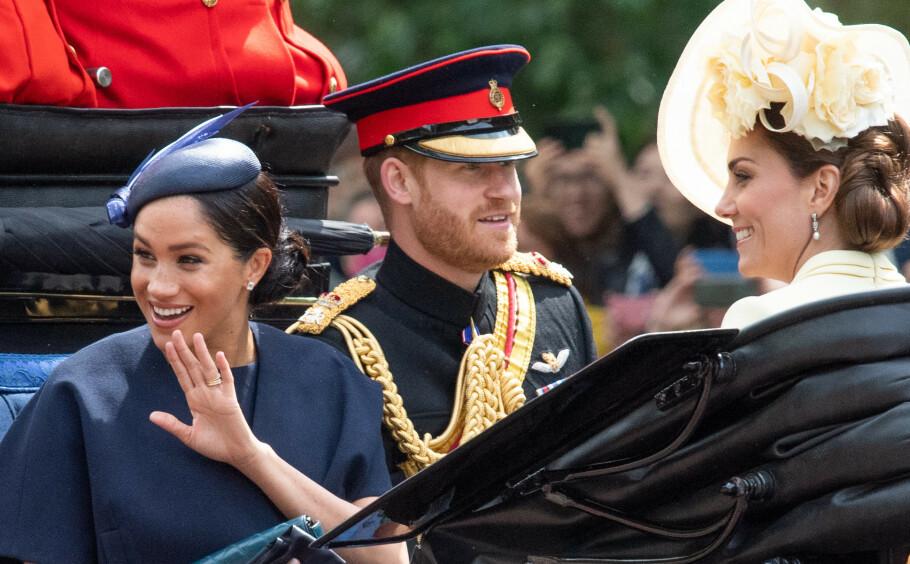 NY RING: Hertuginne Meghan viste frem sin nye kjærlighetsring fra ektemannen prins Harry under Trooping the Colour-arrangementet i London i begynnelsen av juni. Gaven fikk hun av ektemannen etter at hun fødte sønnen Archie Harrison Mountbatten-Windsor 6. mai. FOTO: NTB Scanpix