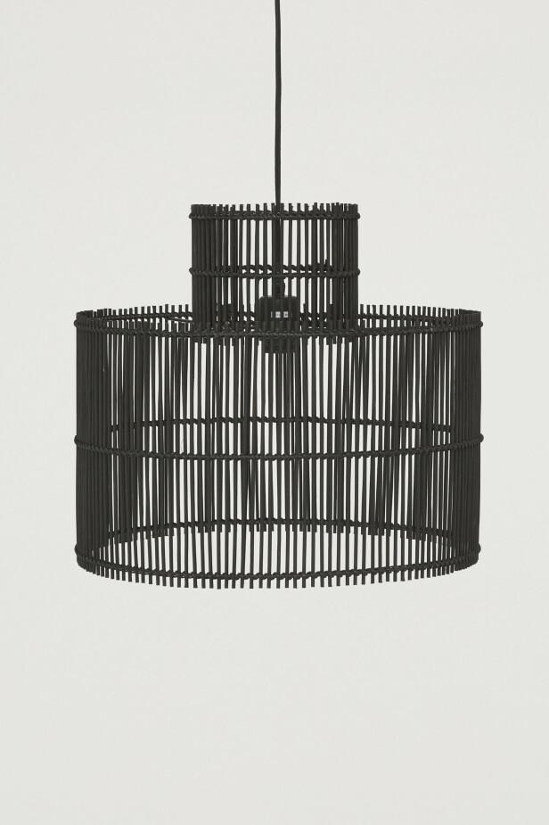 Taklampe i malt metall og bambus (kr 800, H&M Home).