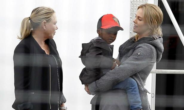 Charlize med sønnen Jackson og moren Gerda, som hun har et spesielt nært forhold til (Foto: NTB/Scanpix)