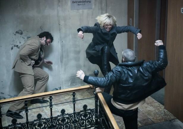 Fra en av de hardtslående scenene fra Atomic Blonde, hvor Charlize gjorde mesteparten av stuntsene selv (Foto: NTB/Scanpix)