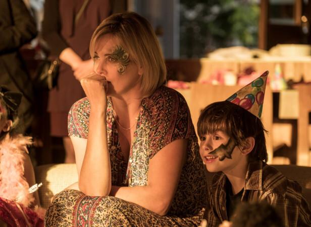 I en av scenene fra Tully, hvor Charlize spiller en utslitt trebarnsmor (Foto: NTB/Scanpix)
