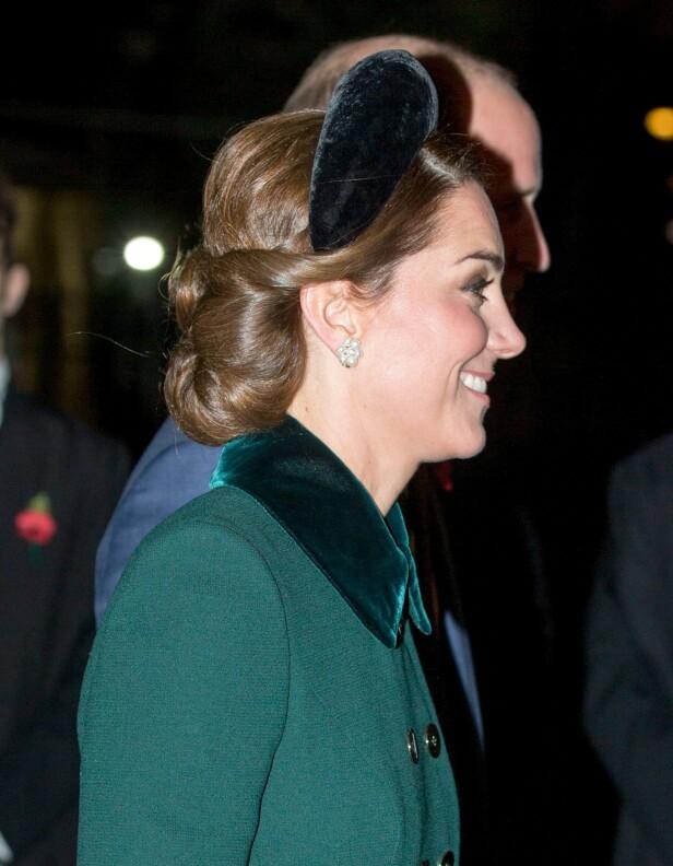 TRENDY: Hertuginne Kate var tidlig ute med å teste den tjukke hårbøylen. Her fra november 2018. Foto: Scanpix