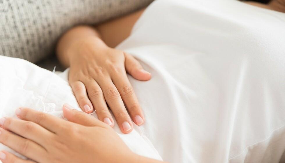 OPPBLÅST: Mange kvinner opplever å bli oppblåst før de skal ha mensen. FOTO: Shutterstock