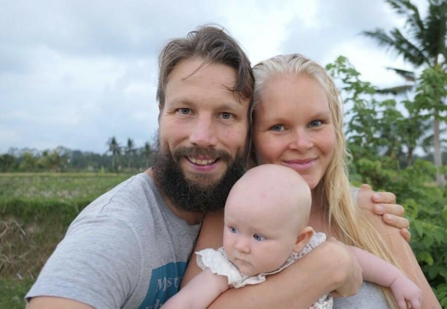 DIGITALE NOMADER: Tobias og Melanie har i seks år reist jorden rundt som digitale nomader, datteren Aurora ble født underveis - på Bali! FOTO: Privat