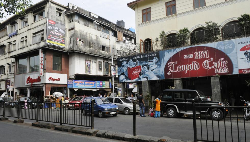 IKONISK: Mange turister velger å ta turen innom Leopold Café, som blant annet er blitt udødeliggjort i romanen Shantaram, skrevet av australske Gregory David Roberts. Kafeen var én av 12 steder som ble angrepet av den pakistanske terrorgruppen Lashkar-e-Taiba i november 2008. FOTO: Arne Strømme