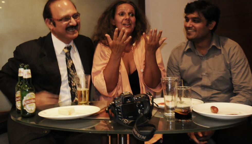 MED LEGENE: - Line er omgitt av Turel til venstre og legen som tok imot oss da vi ankom Bombay hospital, dr. Rahul Tiwari, forklarer Arne Strømme til KK. FOTO: Arne Strømme