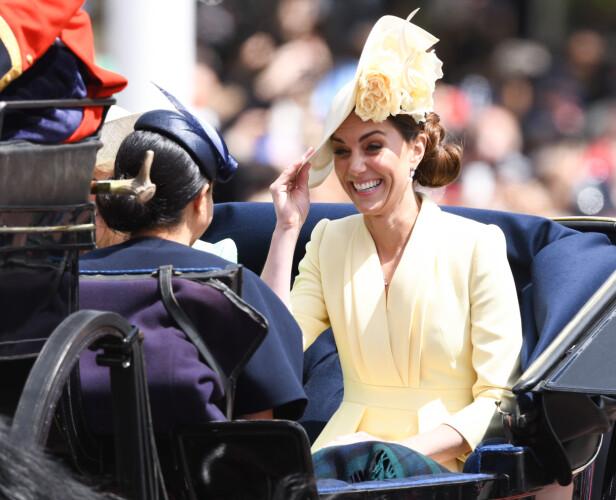 SVIGERINNER: Selv om flere britiske og amerikanske medier hevder at det er knute på tråden mellom de to hertugparene, ser det altså ut til at stemningen er alt annet enn uvennskapelig mellom de to svigerinnene. På vei til Buckingham Palace for Trooping The Colour i begynnelsen av juni smilte og lo de i hverandres selskap. FOTO: NTB Scanpix