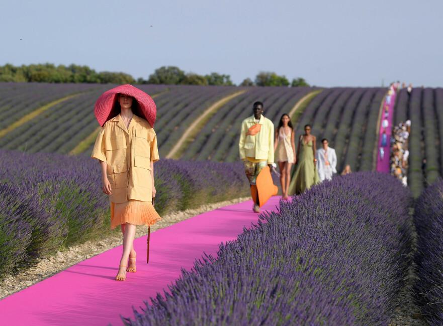 POPULÆR VISNING: Franske Jacquemus viste sin nyeste kolleksjon i en lavendelåker i Provence. Foto: Scanpix