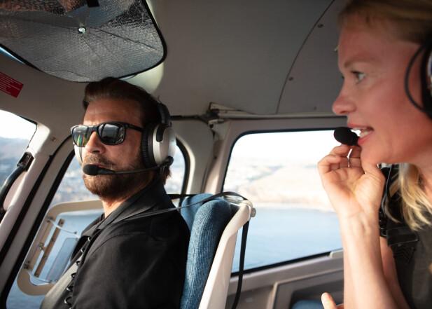 TETT PÅ: Lorenzo Lamas og KKs journalist i lufta over Los Angeles. Han flyr både fly og helikopter, men foretrekker helikopter.  – Å fly helikopter er mye vanskeligere. Et fly er utformet slik at det ønsker å fly, selv om du mister motorkraft. Mens et helikopte vil falle ned. Om du ikke setter på autorotasjonen, legger han fort til.   FOTO: Susanne Kindt.