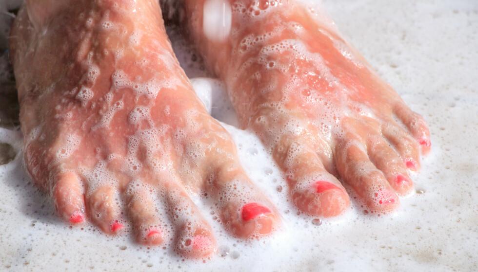 Mange tror det er nok å la såpevannet renne over føttene, men ekspertene er ikke enige. FOTO: Scanpix
