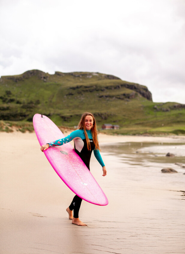 <strong>UT MOT HAVET:</strong> - Ved havet får jeg ro og sjelefred, sier Gunhild som har mange års erfarings om surfer. Sandnes-jenta har bosatt seg på Jæren for å kunne dyrke surfeinteressen hele året. FOTO: Salt and Wax Studios