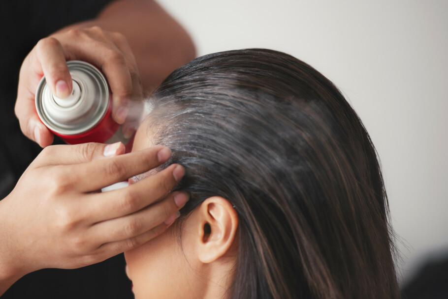 <strong>ROOT CONCEALER:</strong> Vi i KK-redaksjonen kom inne på temaet ettervekst, hvor en i redaksjonen sa at hun har blitt helt avhengig av noen hårfargesprayer som kan fås kjøpt i ulike merker. FOTO: NTB Scanpix