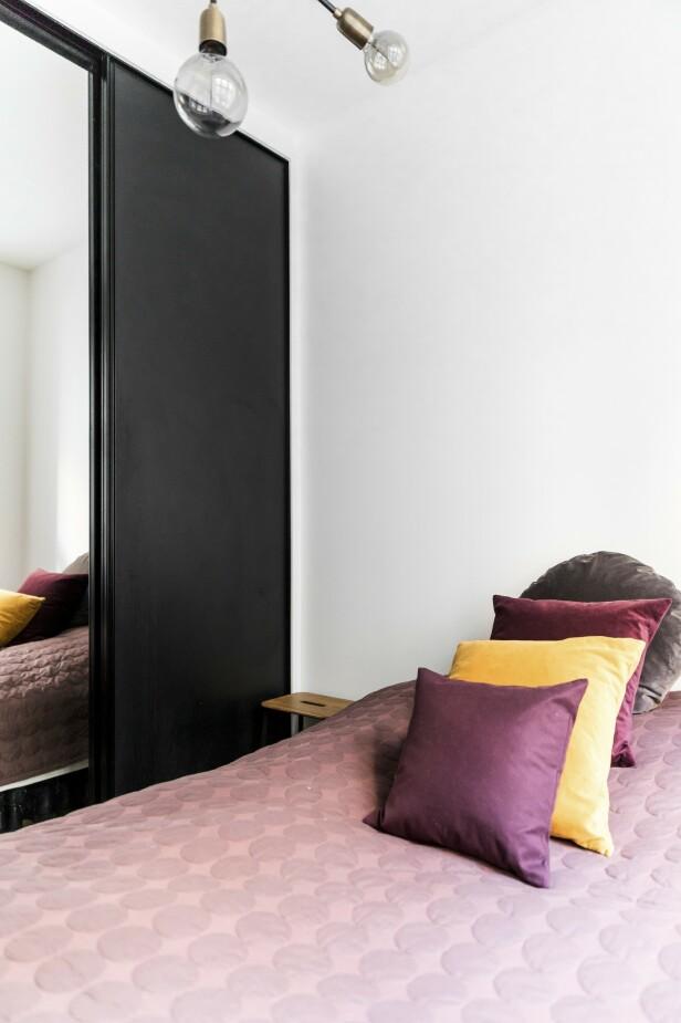 Sengeteppet er fra Hay, putene fra H&M Home og Zara Home. Tips! Gi farge til et hvitt og svart rom med sengeteppe og puter i gult, rødt og rosa.  FOTO: Julie Wittrup og Mikkel Dahlstrøm/Another Studio