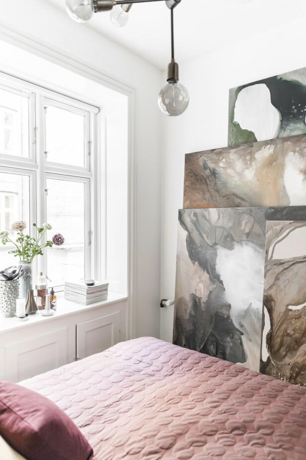 Mens maleriene hennes venter på nye eiere, oppbevarer hun dem på soverommet. Tips! Store bilder må ikke henges opp, de kan også stilles langs veggen for et nytt uttrykk.  FOTO: Julie Wittrup og Mikkel Dahlstrøm/Another Studio