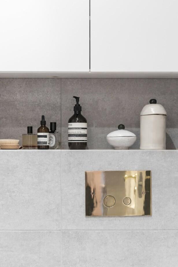 På badet skaper messingdetaljene det lille ekstra. Også dørhåndtaket er skiftet ut for å matche messingdetaljene.   FOTO: Julie Wittrup og Mikkel Dahlstrøm/Another Studio