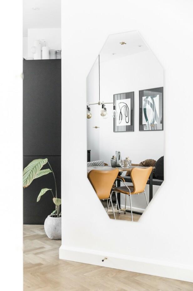 Dette store speilet gir god romfølelse. Kiki Schjølin har utformet speilet akkurat slik hun ønsket seg det.  FOTO: Julie Wittrup og Mikkel Dahlstrøm/Another Studio