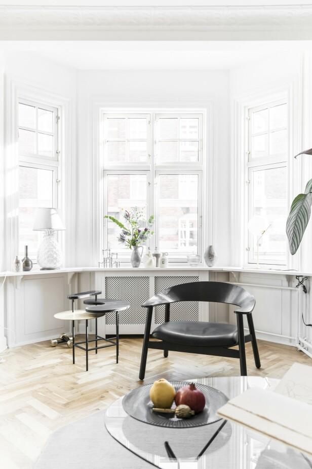 Lenestolen er designet av Henrik Bønnelycke, og sidebordet er fra &Tradition. Tips! Sats på få møbler, og velg heller ut et par du liker skikkelig godt. FOTO: Julie Wittrup og Mikkel Dahlstrøm/Another Studio