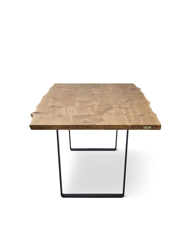 "Spisebordet ""Lowlight"" i eik med stålunderstell (kr 39 782, DK3). FOTO: Produsenten"