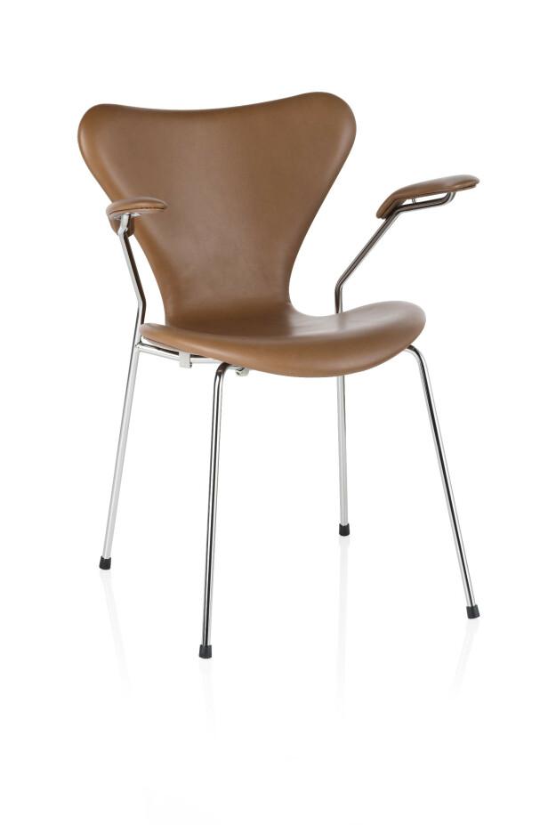 """Fritz Hansens """"7-eren""""-stol i valnøttfarget skinn med armlener (på kampanje hos Tannum hele 2019 til kr 18 895). FOTO: Produsenten"""