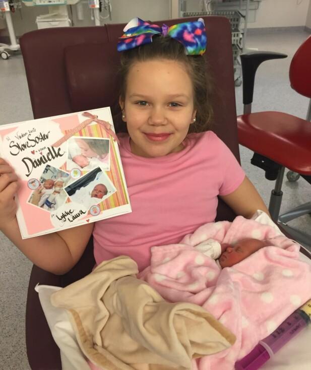 STOLT STORESØSTER: Danielle Med lille Laura på fanget på sykehuset. FOTO PRIVAT