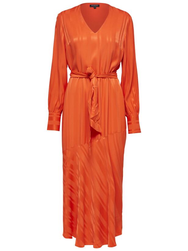 Lang kjole med belte i midjen (kr 900, Selected Femme). FOTO: Produsenten