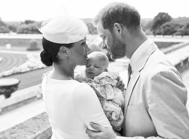 IDYLL: De nybakte foreldrene prins Harry og hertuginne Meghan med sønnen Archie Harrison Mountbatten-Windsor etter dåpen på Windsor slott i begynnelsen av juli. FOTO: Chris Allerton // NTB Scanpix