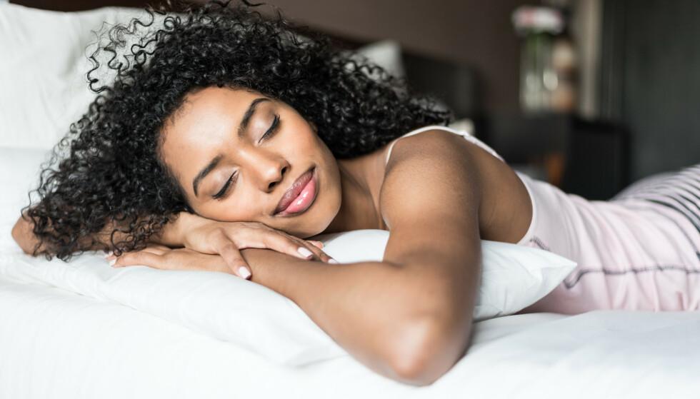 SOVE PÅ MAGEN: Å sove på magen er faktisk ikke en anbefalt sovestilling, på grunn av svai i ryggen. FOTO: NTB