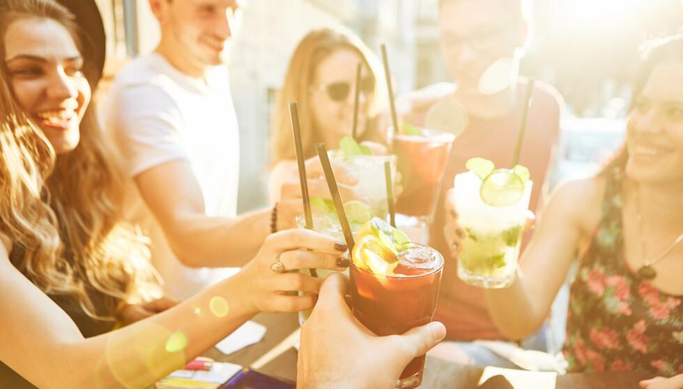 PARTY: Å bruke ferien sin på nattklubber og fargerike drinker er ikke like populært som tidligere. FOTO: NTB Scanpix