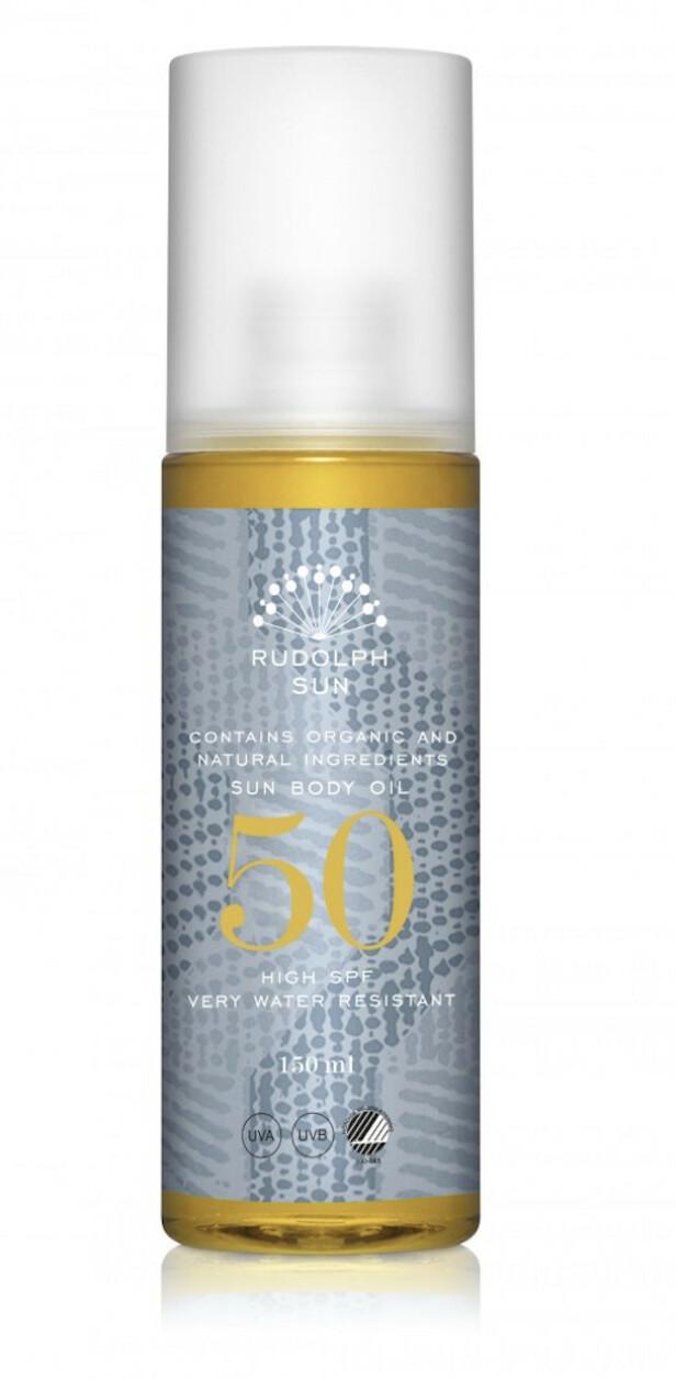 Med naturlige oljer (kr 360, Rudolph Care, Sun Body Oil, SPF 50).