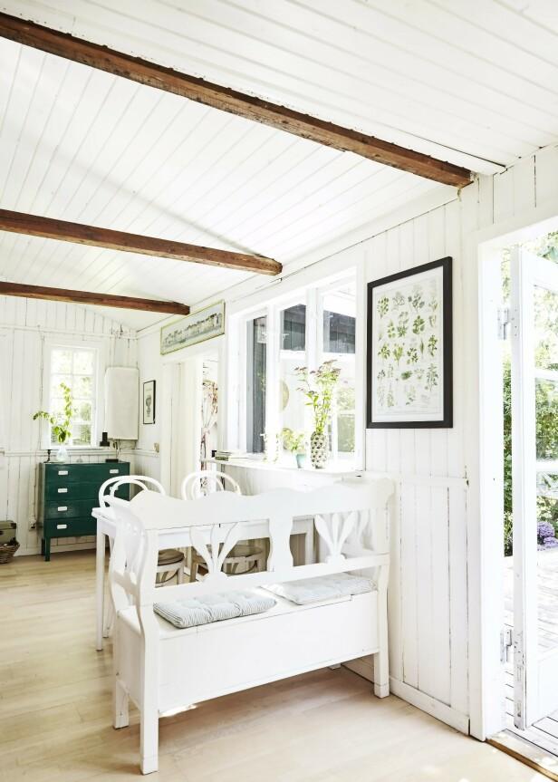Også de hvite spisebordsmøblene sto her da Gitte og Martin flyttet inn. Tips! Ta med litt av det grønne fra hagen inn – både i form av plakater med plantemotiver og blomster i vaser. FOTO: Stylesystemet